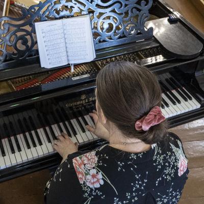 Lapinlahden seurakunnan kanttori Heini Heide soittaa kirkon Steinway flyygelillä