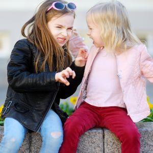 Två flickor som slåss med varandra.