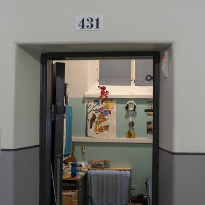 Fängelsecell med tomtar på väggen.
