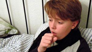 Pojke hostar i sängen