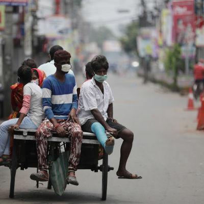 Calcutta (eller Kolkata) i östra Indien är illa drabbat av den senaste smittvågen. De här invånarna i ett av de värst drabbade stadsdelarna fotograferades på måndag morgon.