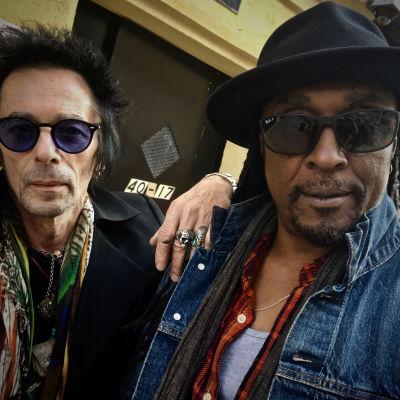 """Earl Slick ja Bernard Fowler, rockin """"palkkasoturit"""" poseeraavat puolilähikuvassa. Kuva Rockin palkkasoturit -dokumentista."""