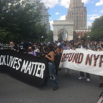 Mielenosoittajat pitelevät banderollia.