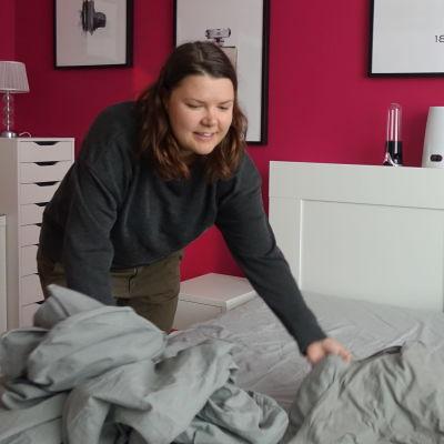 Anna Teikari byter lakan i sin dubbelsäng efter sina hyresgäster.