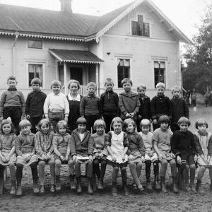 Svartvitt foto av skolklass