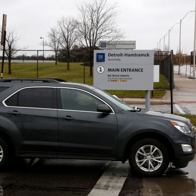 En bil utanför General Motors fabrik i Detroit.