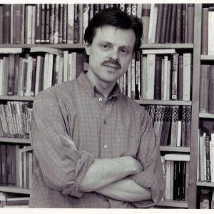 Claes Olsson kirjahyllynsä edessä noin vuonna 1985