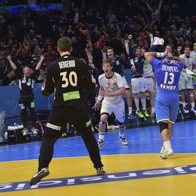 Norska målvakten Torbjörn Bergerud jublar efter straffräddningen som till slut gav Norge en plats i VM-finalen.
