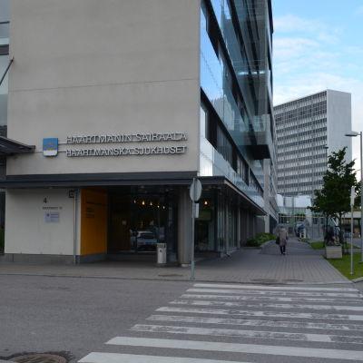 Exteriör av huvudingången till Haartmans joursjukhus i Helsingfors.