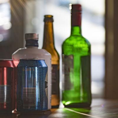alkoholia pöydällä