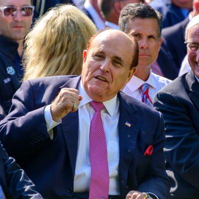 Rudy Giuliani tervehtii Yhdysvaltojen presidentin Donald Trumpin kannattajaa heinäkuussa.