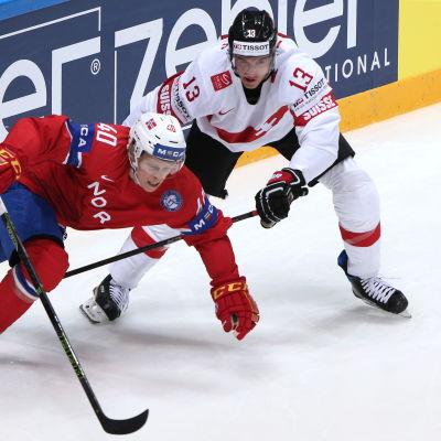 Ishockeyspelare i närkamp.