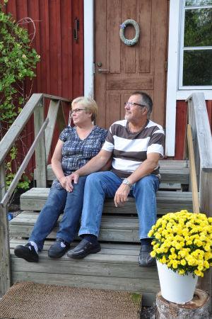 Carita och Kaj Karlsson på hemtrappan i Vessö