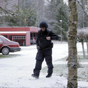 Polis vid radhusområdet i Korsnäs där en bilbomb exploderat.