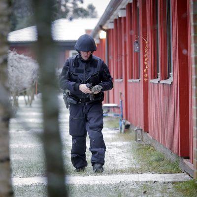 Polisen undersöker brottsplatsen