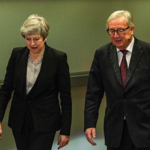 Theresa May och Jean-Claude Juncker går brevid varandra.