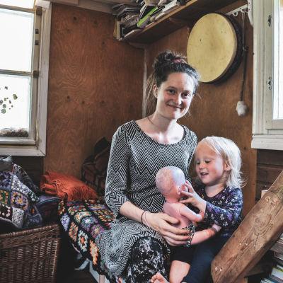 Pauliina Helle poikansa Salmi Tiden kanssa perheen itse rakentamassa minitalossa.