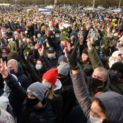 Tuhannet mielenosoittajat seisoivat mielenosoituksessa.