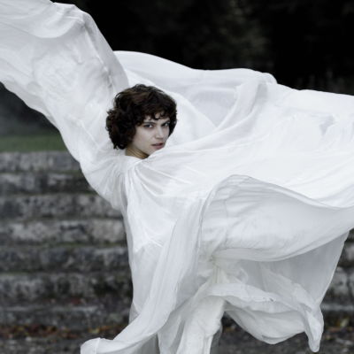 Loie Fuller (Soko) dansar iklädd en enorm vit sidendress som böljar runt henne.