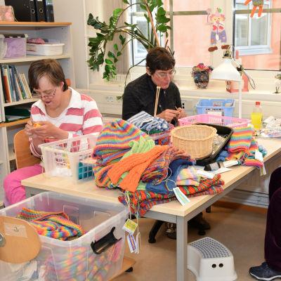 Anna Sundström, Pernilla Glader och Lena Berglund stickar på Kårkullas dagverksamhet i Ekenäs.