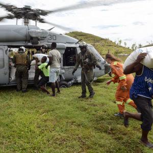 Den amerikanska flottan hjälper till att transportera ut mat till den avlägsna byn Jabouin i sydöstra Haiti. På grund av översvämningar ochförstörda vägar går de mest avlägsna byarna att nås bara med helikopter.