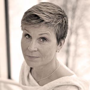 svartvit bild av kvinna i trappa
