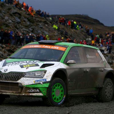 Kalle Rovanperä kör i en kurva på en grusväg.