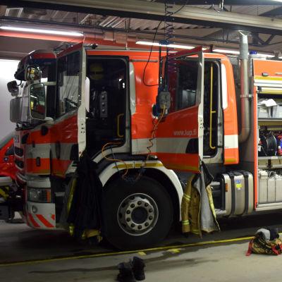 En brandbil i en brandstation.