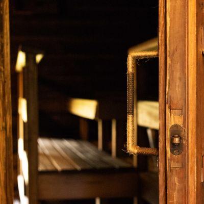 Tamminiemen saunan avoin ovi.