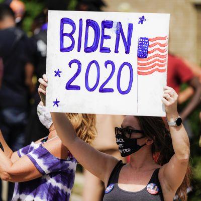 Kannattaja odotti demokraattien presidenttiehdokkaan Joe Bidenin vierailua Kenoshan kaupungissa Wisconsinin osavaltiossa 3. syyskuuta. Kaupunki on noussut Black Lives Matter -mielenosoitusten uudeksi keskipisteeksi,