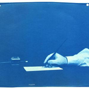 Thomas Smillien kuva kädestä, jossa kynä.