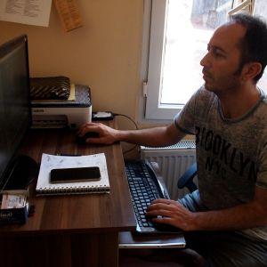 turkkilainen elokuvaohjaaja Aydin Oraki leikkaamassa