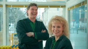 Hannes ja Karin Luotola (Risto Autio ja Anitta Niemi) Wanhalla Bensiksellä (1995).