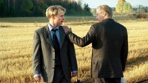 Paavo Kerosuo ja Pirkka-Pekka Petelius elokuvassa Leijat Helsingin yllä.