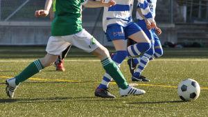 Juniorer spelar fotboll.