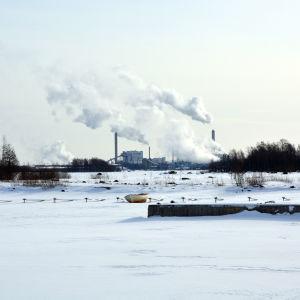 Alholmens Kraft och UPM sett från Ådö fiskehamn.