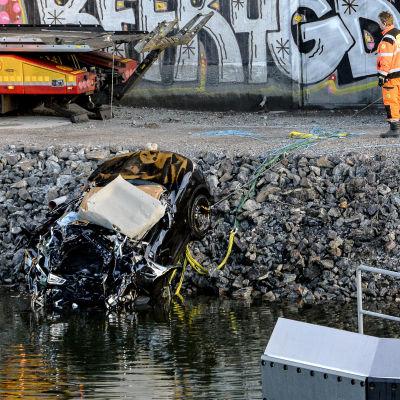 Bilen som fem brittiska medborgare färdades i föll 25 meter ner i kanalen under E4-bron i Södertälje.