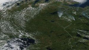 Satellitbild där rökpelarna syns i Lappland. Bilden visar läget den 20.7.2018.
