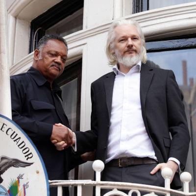 Julian Assange och den amerikanska politikern Jesse Jacksom den 21 augusti 2015.