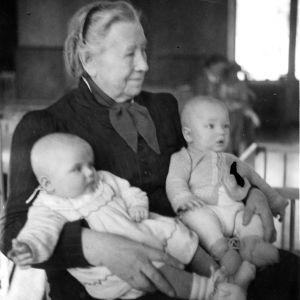 Miina Sillanpää med barn i famnen.