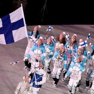 Suomen olympiajoukkue saapuu stadionille avajaisseremoniaan Etelä-Korean kisoissa.