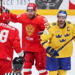 Ryssland jublar efter ett mål i matchen mot Sverige.