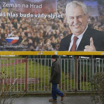 Stor valaffisch för Milos Zeman i Prag