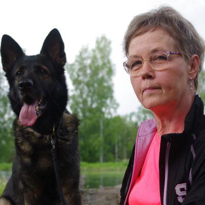 Anne Kurunsaari koiransa Ruutin kanssa.