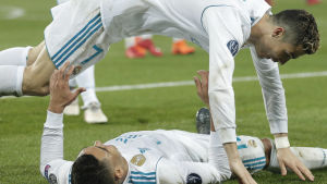 Real Madrid jublar över 2-1-målet mot PSG.