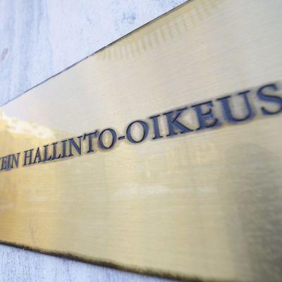 """Bild på skylt där det står """"Högsta forvaltningsdomstolen"""" på finska."""