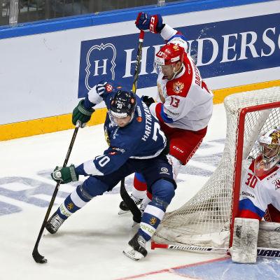 Teemu Hartikainen och Pavel Datsiuk kämpar om pucken.