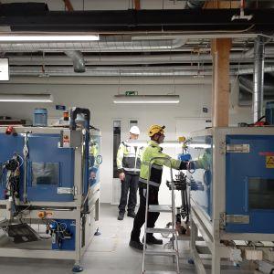 Työt alkoivat Kemetin tehtaalla Suomussalmella tulipalon jälkeen.