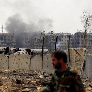 Rök från det palestinska flyktinglägret Yarmuk i bakgrunden.