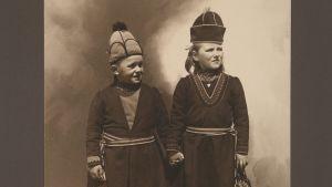 Saamelaislapsia kuvattuna New Yorkin Ellis Islandilla ennen 1920